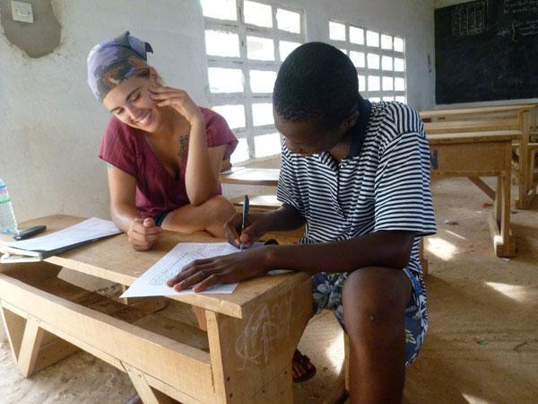 Freiwillige mit Schüler