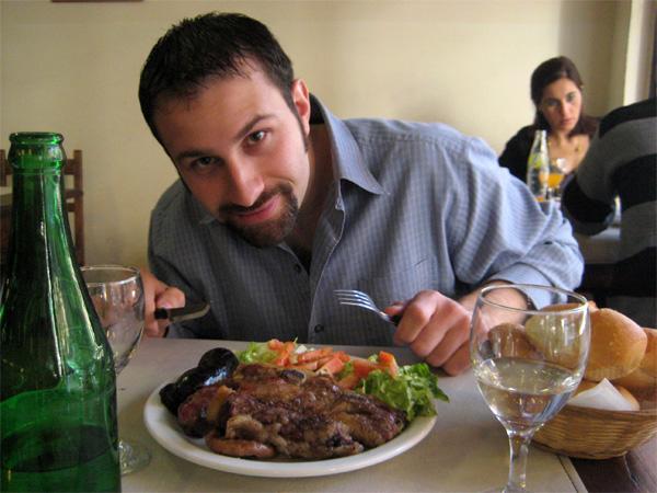 Frivillig spiser fokost i Argentina