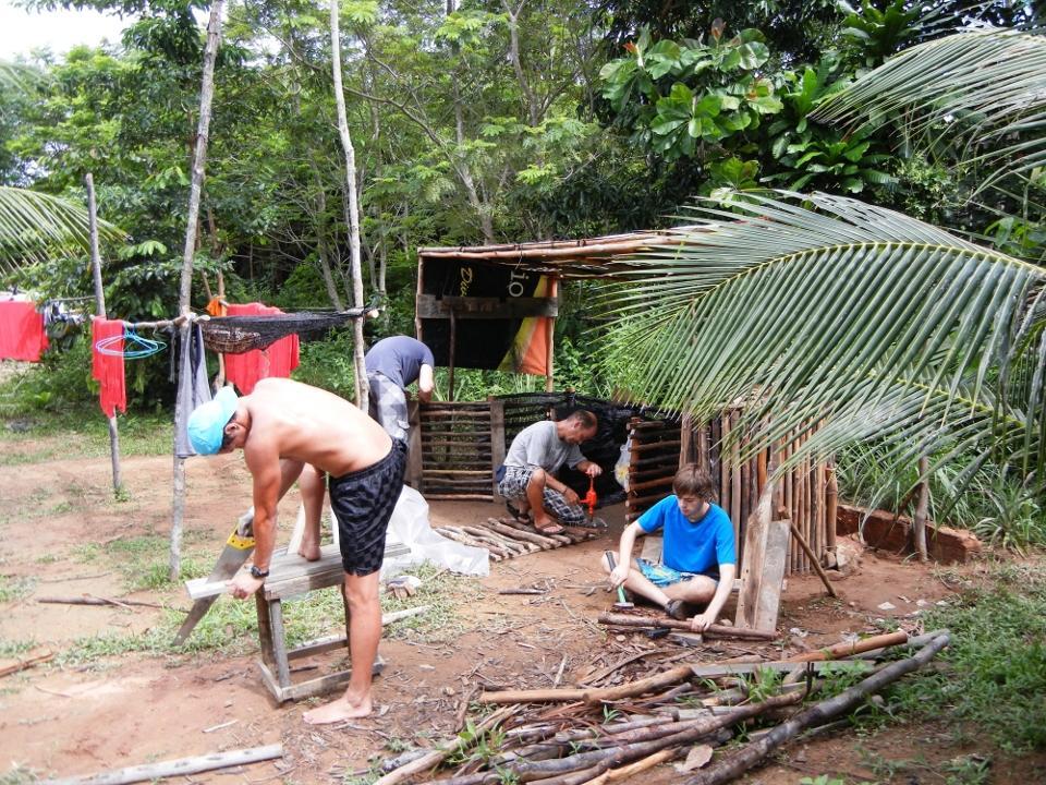 Volontører bygger hytte i Cambodja