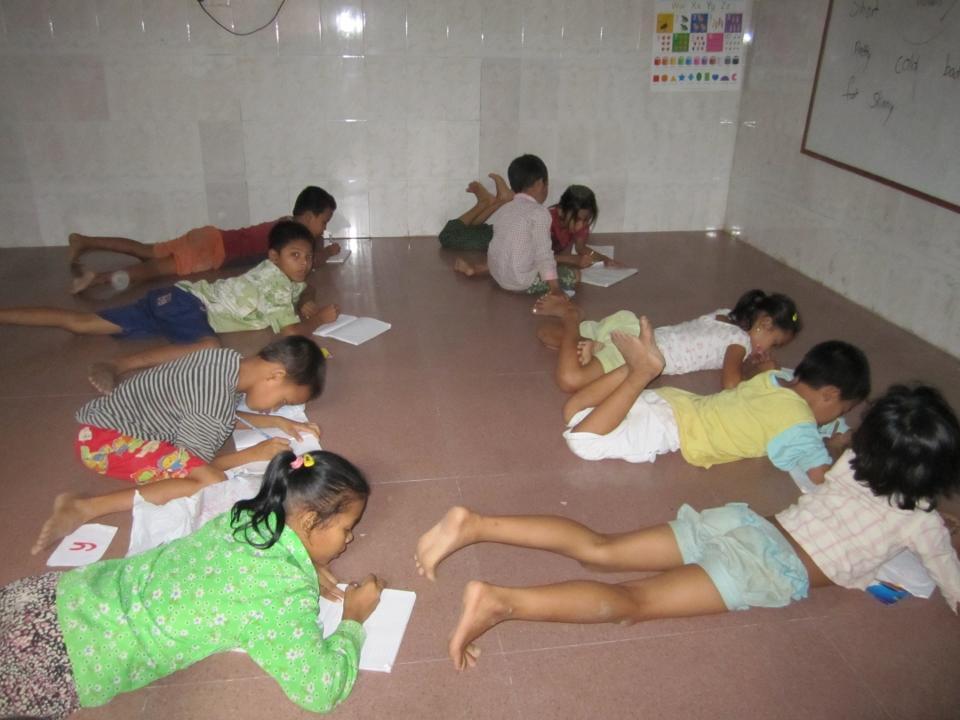 Cambodjanske børn laver lektier