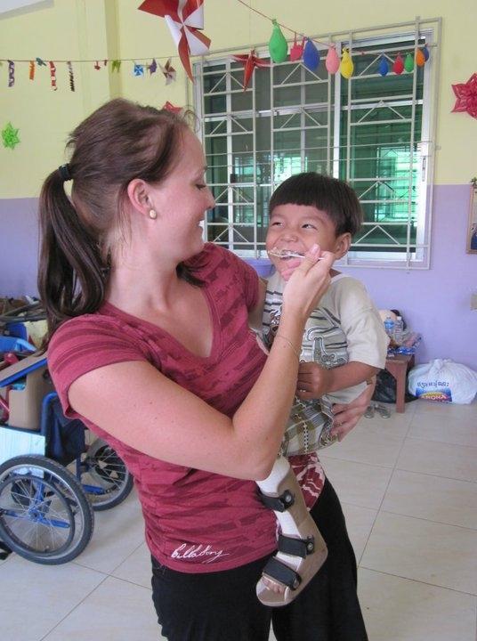 Frivillig på arbejde på fysioterapeutisk projekt i Cambodja
