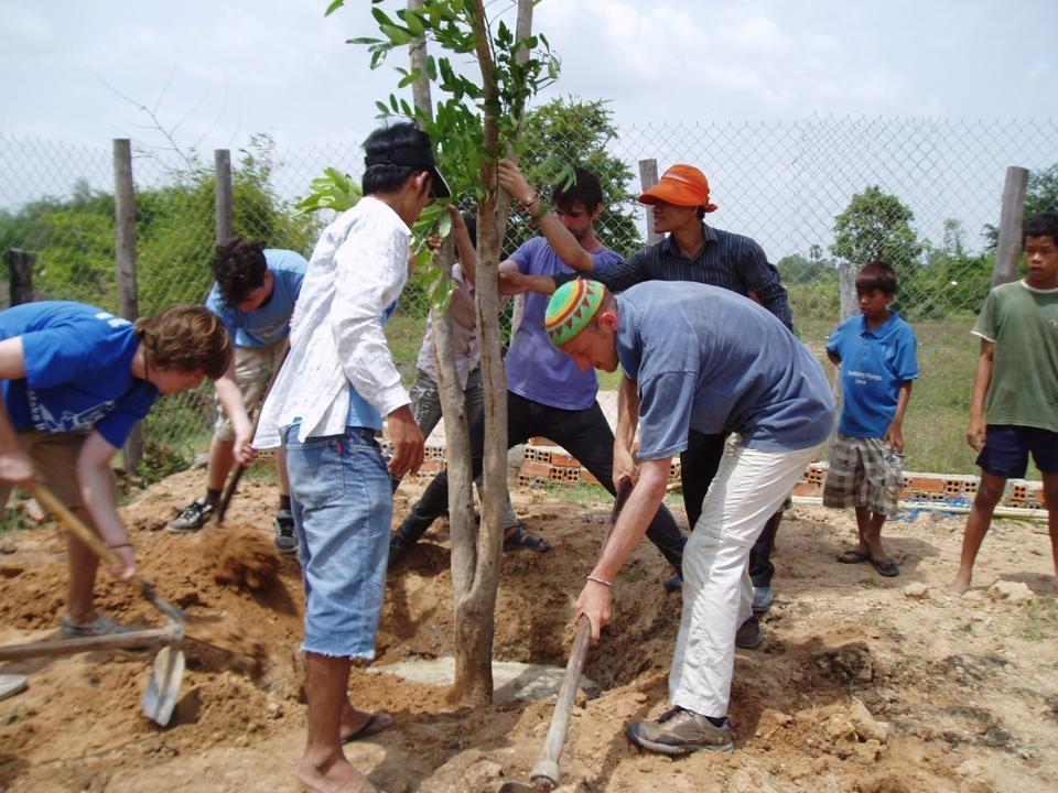 Volontører planter træer i Cambodja