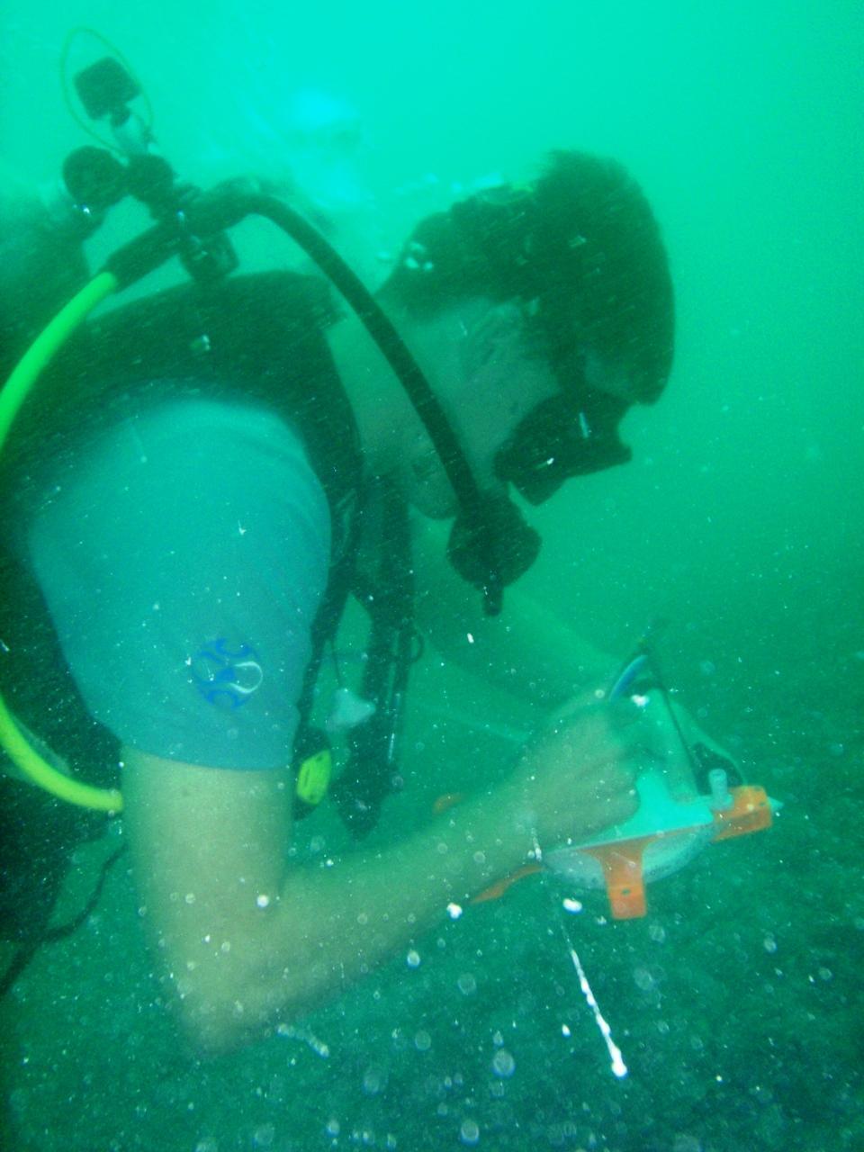Volontør tager noter på marineprojektet i Cambodja