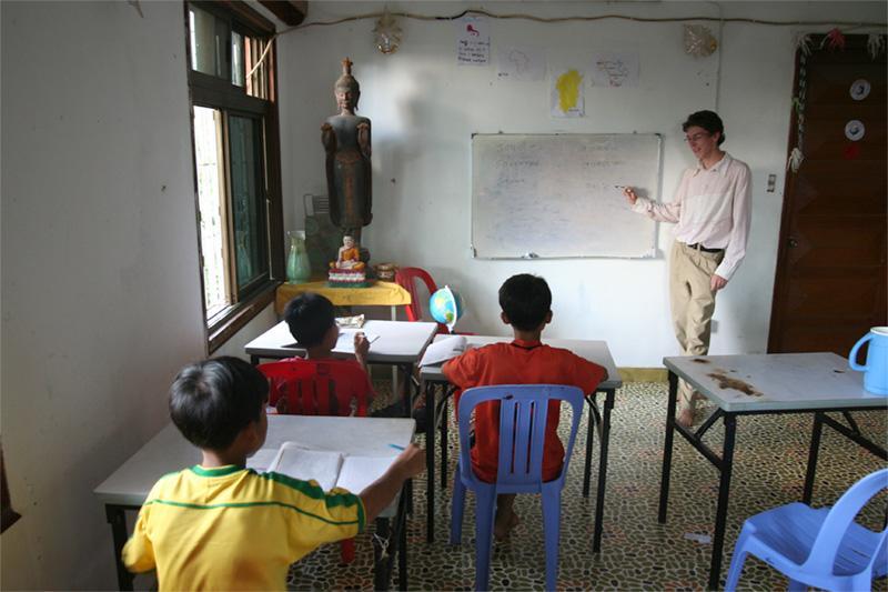 Frivillig underviser skoleelever i Cambodja