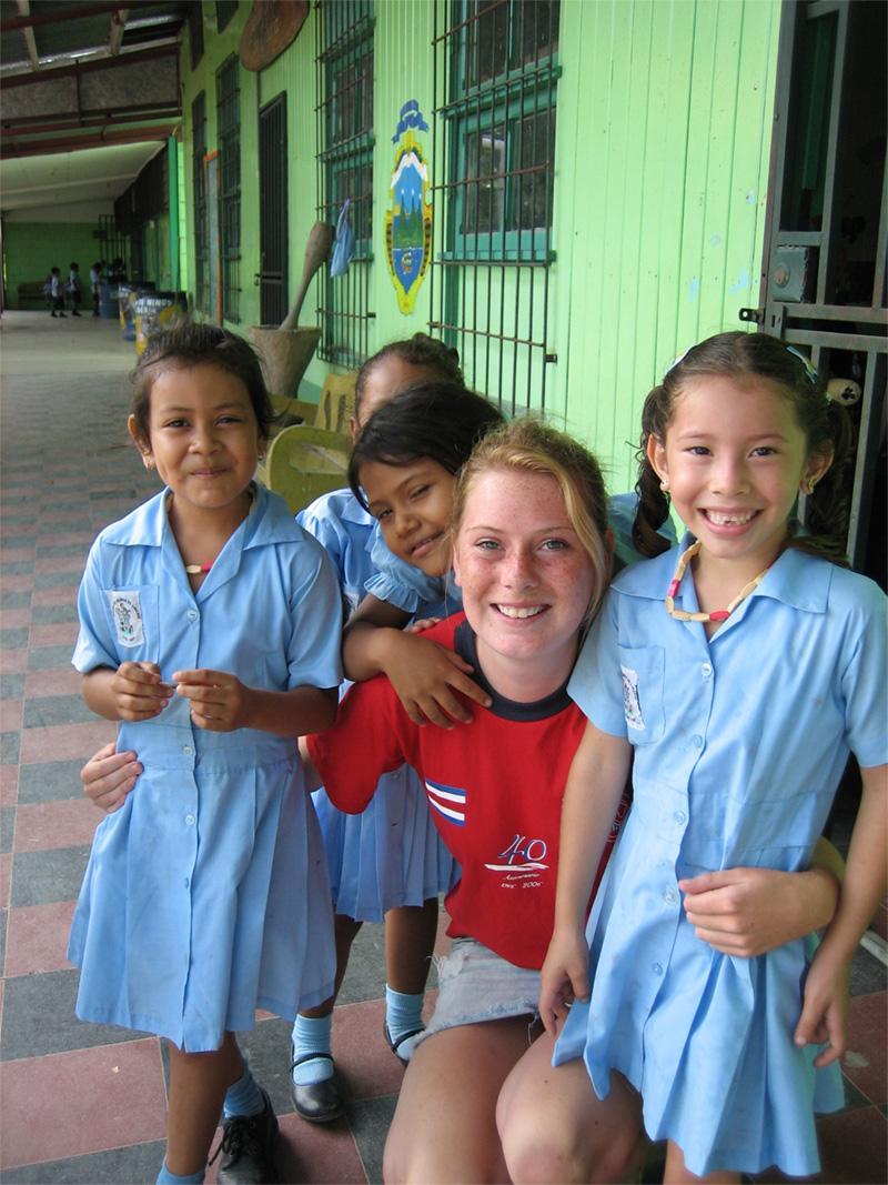 Frivillig med skoleelever i Costa Rica