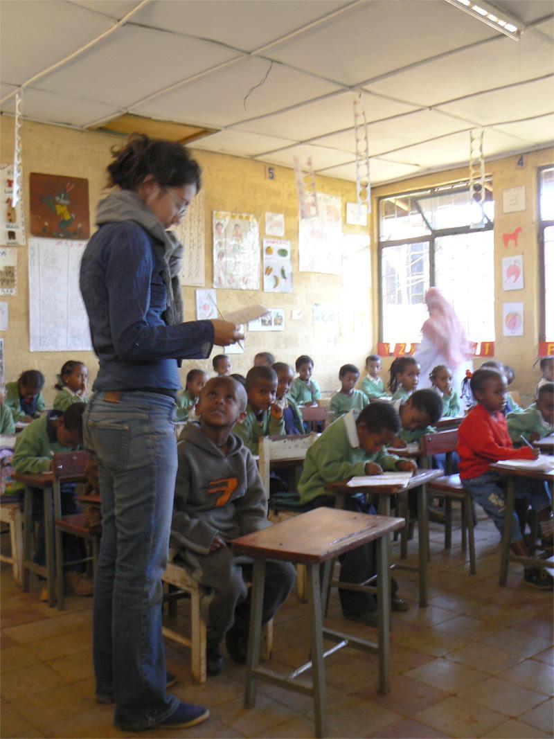 Frivillig underviser skoleelever i Addis Ababa