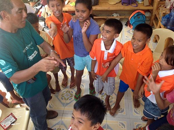 Frivillig underholder børnene