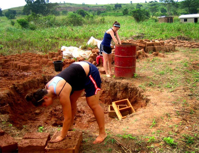 Frivillige på arbejde på landbrug og lokalsamfundsprojekt i Ghana