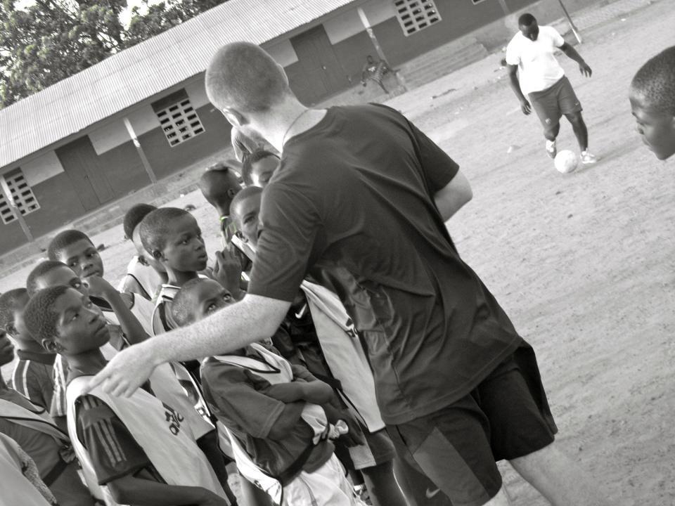 Frivillige står for fodboldtræningen i Ghana