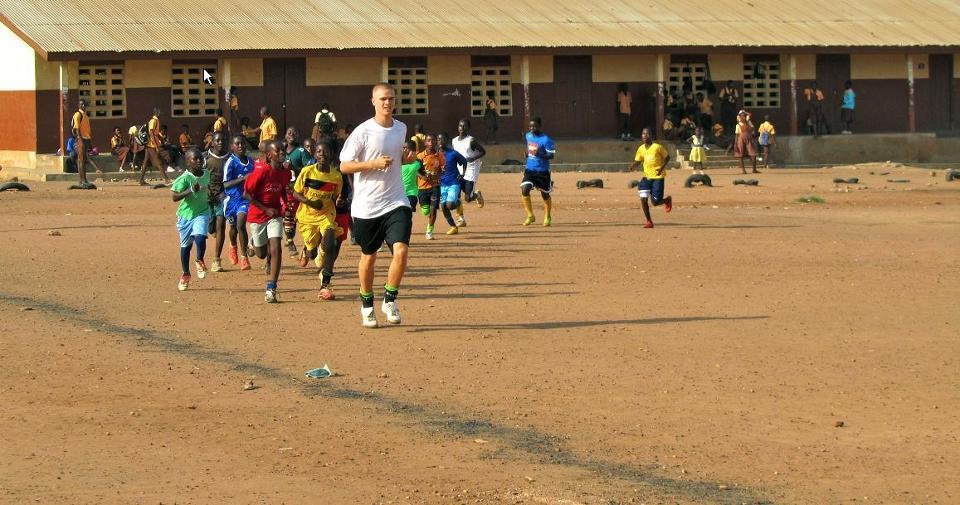 Frivillige træner på fodboldprojekt
