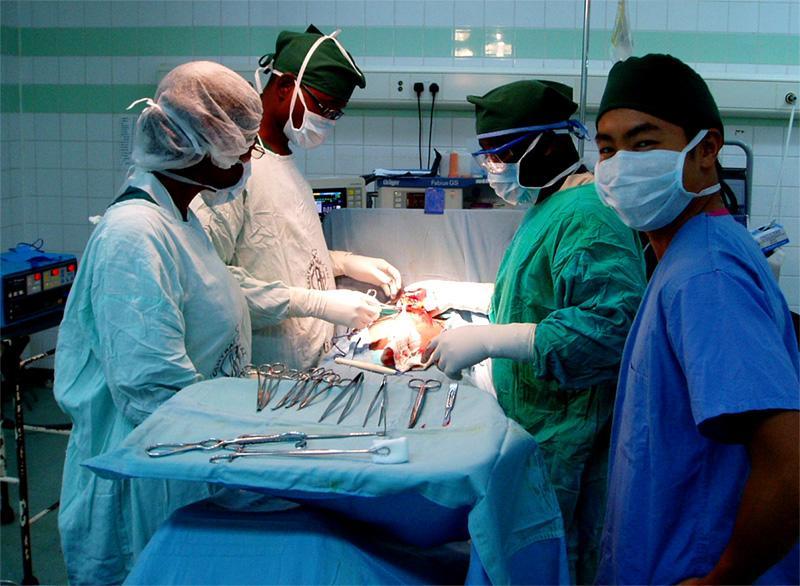 Frivillig på operationsstuen i Ghana