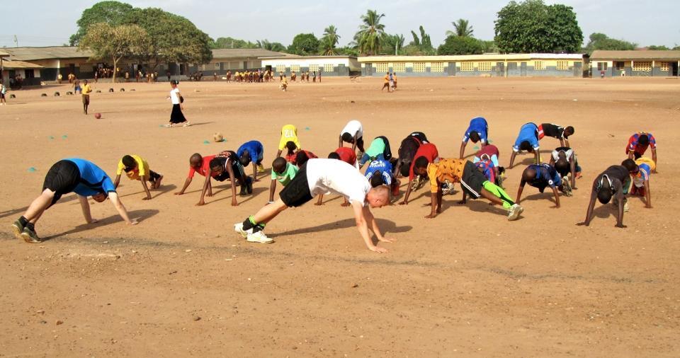 Opvarmning på fodboldprojekt i Ghana