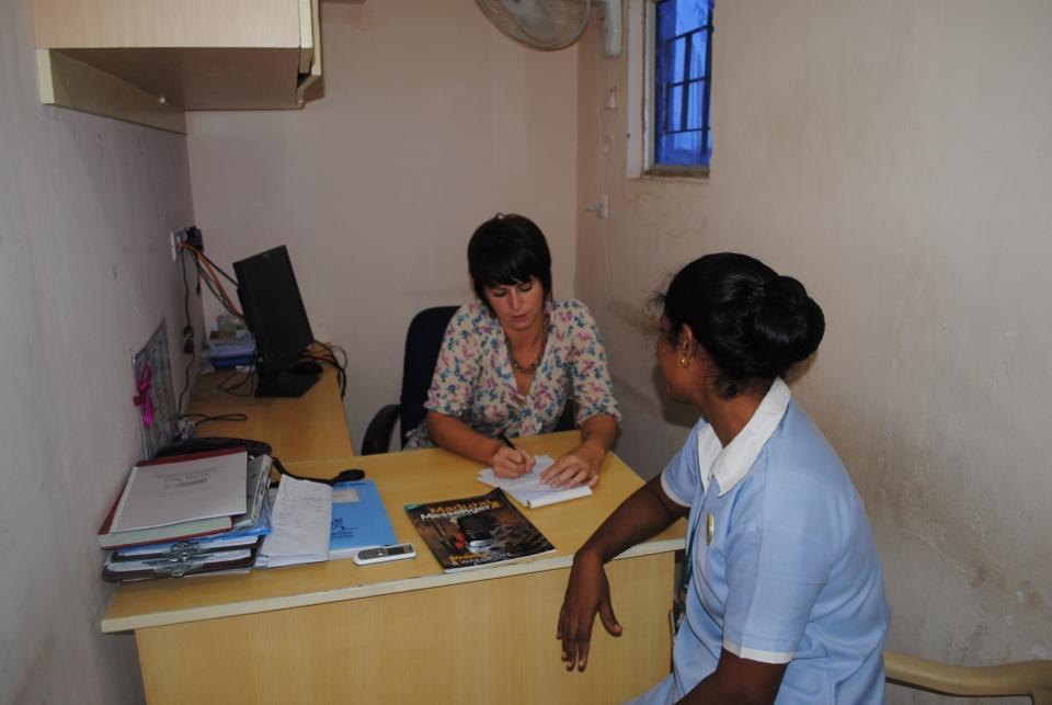 Frivillig interviewer sygeplejerske på journalistisk projekt i Indien