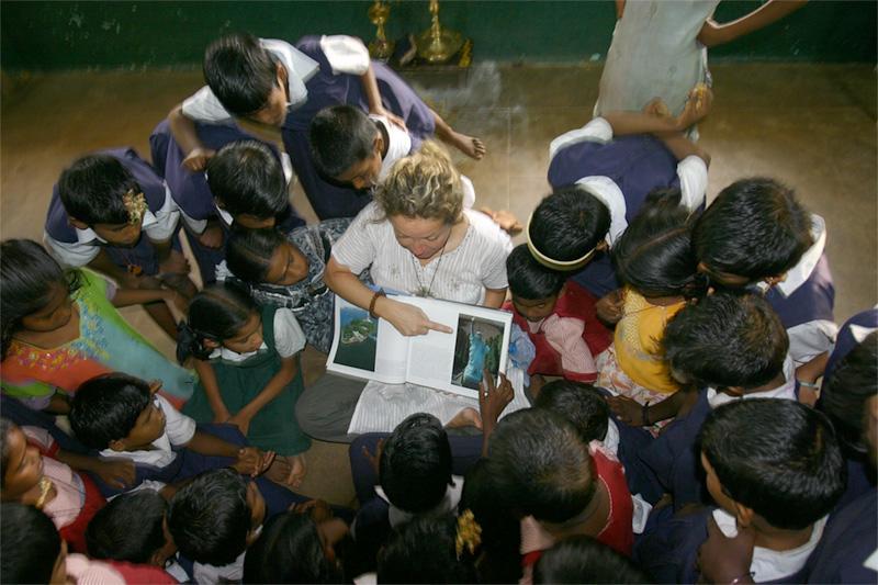 Frivillig lærer underviser skolebørn i Indien