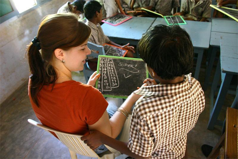 Volontør underviser engelsk til indiske skoleelever