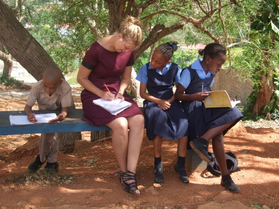 Frivillig lærer i færd med at undervise jamaicanske skolebørn