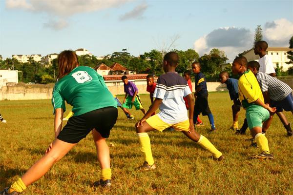 Frivillige fodboldtrænere strækker ud