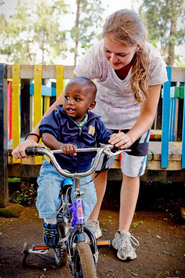 Barn lærer at cykle