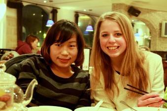 Frivillig med kollega på business projekt i Shanghai
