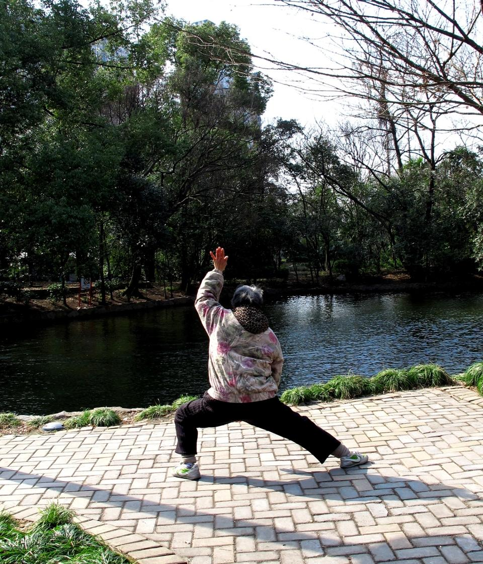 Lokal kineser dyrker morgengymnastik i Shanghai