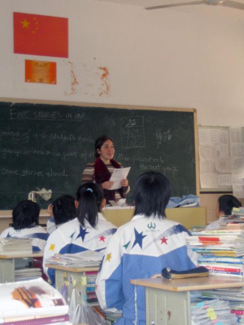 Frivilling underviser kinesiske skoleelever i engelsk