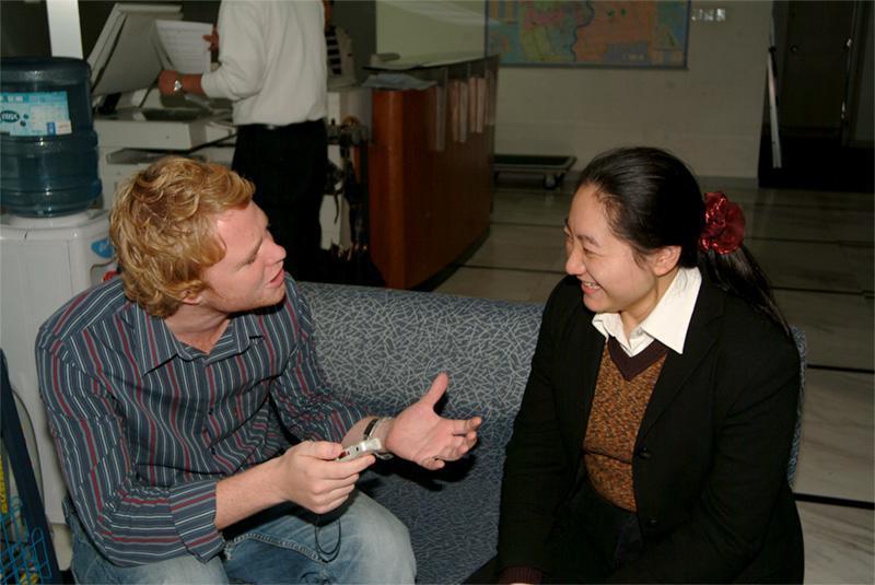 Frivillig foretager et interview i Kina