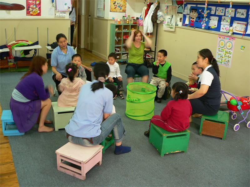 Volontører underviser i Kina