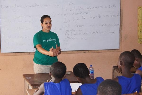 Frivillig underviser elever i et klasseværelse i Madagaskar