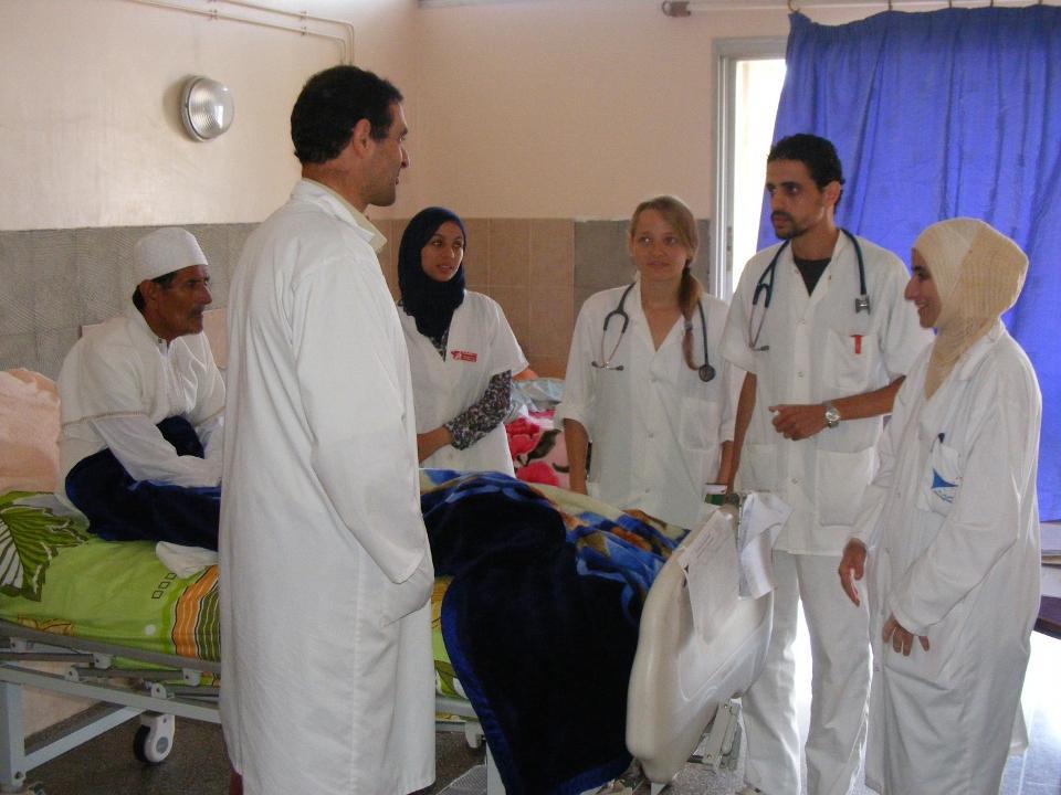 Volontør sammen med lokale studerende på medicin & sundhedsprojekt i Marokko