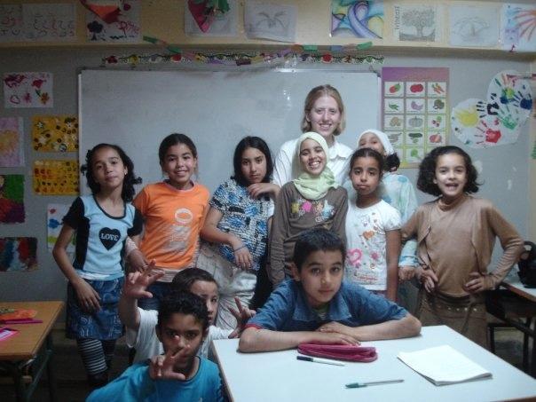 Frivillig skolelærer med hendes elever i Marokko