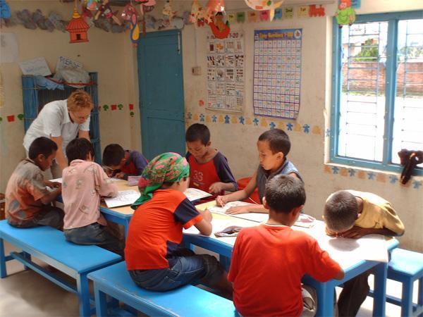 Frivillig underviser skolebørn i Nepal