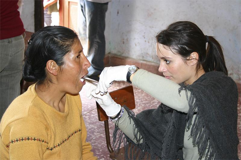 Frivillig foretager tandlægearbejde i Peru