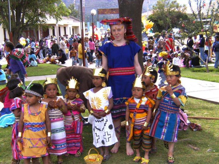 Frivillig klædt på til parade med børnene fra børnehjemmet