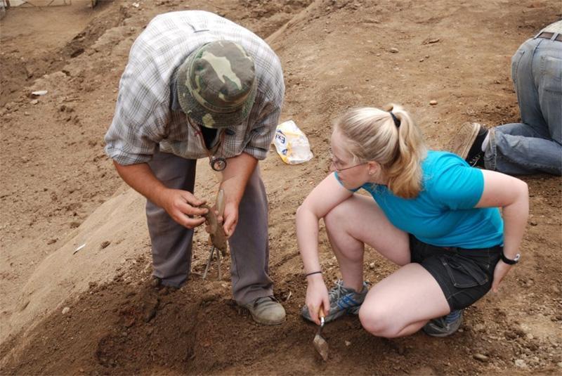 Frivillige ved udgravningsområdet på arkæologi projekt
