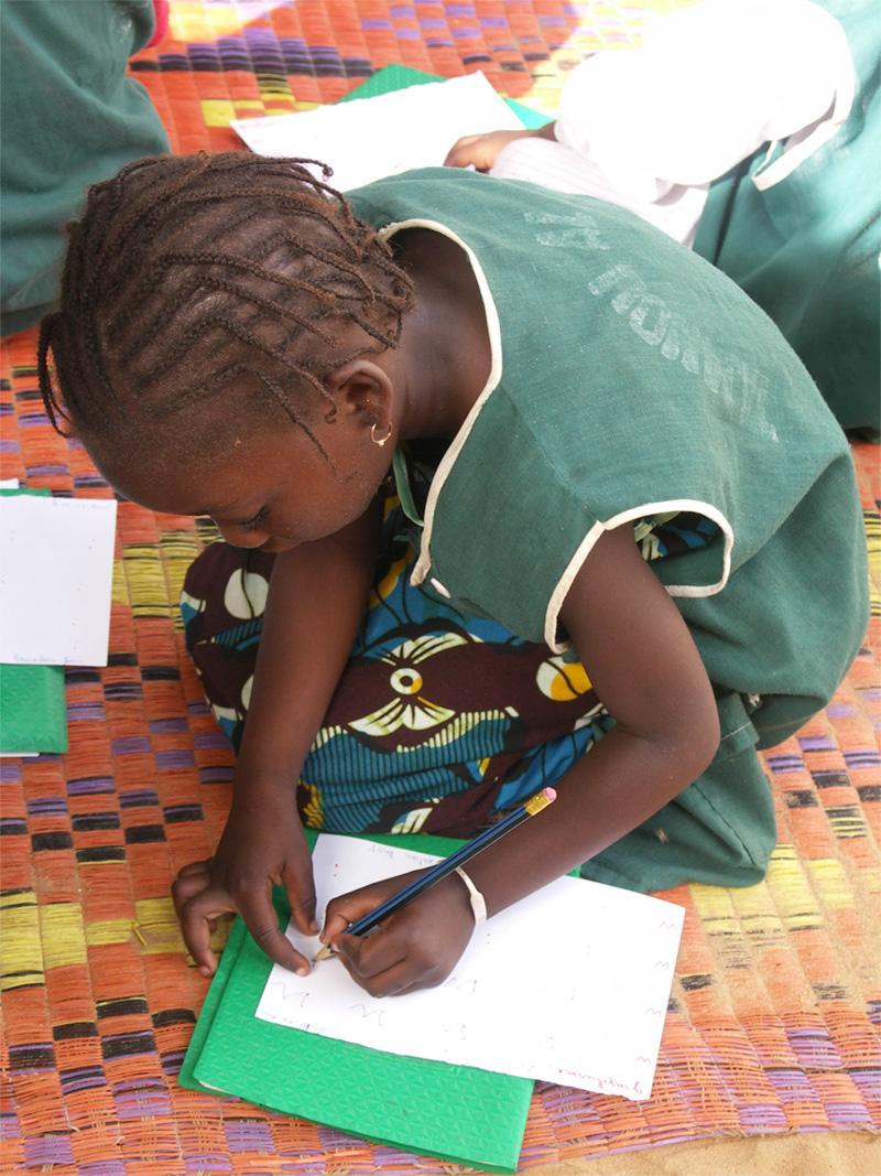 Skolebarn laver lektier i Senegal