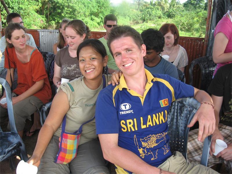 Frivillige hænger ud i Sri Lanka
