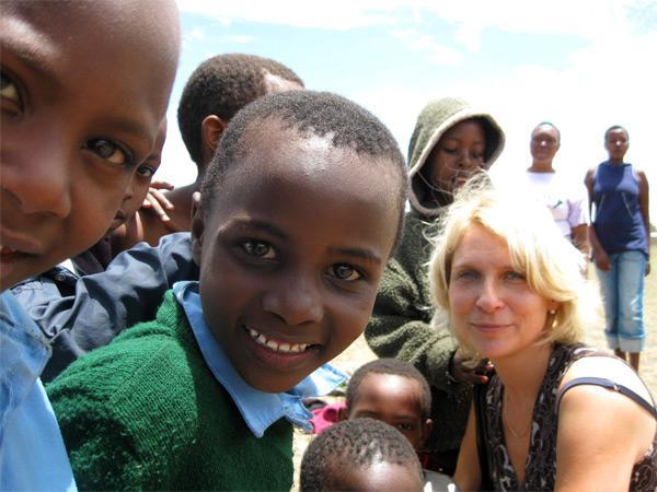 Volontør omgivet af tanzanianske børn