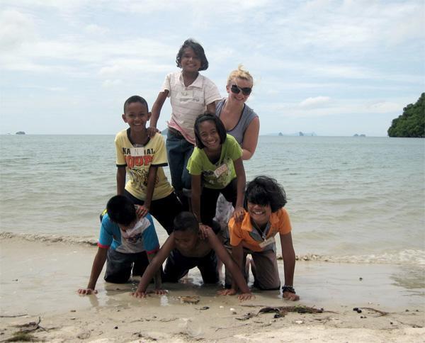Frivillige med børn på stranden i Thailand