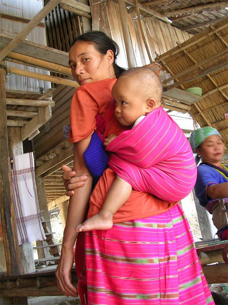Thailandsk kvinde med baby
