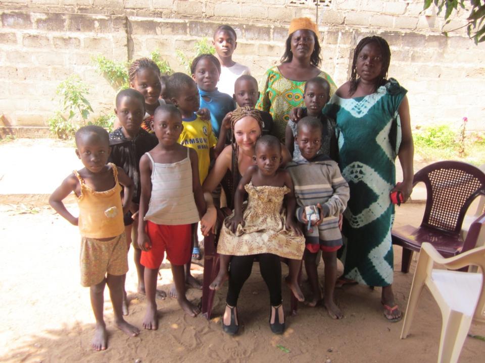 Frivillig med børnene fra børnehjemmet i Togo