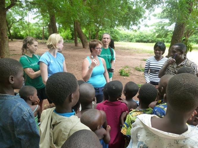 Frivillige afholder hygiejnekursus for togolesiske børn og unge