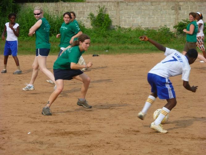 Frivillige i fodboldkamp mod togolesisk hold