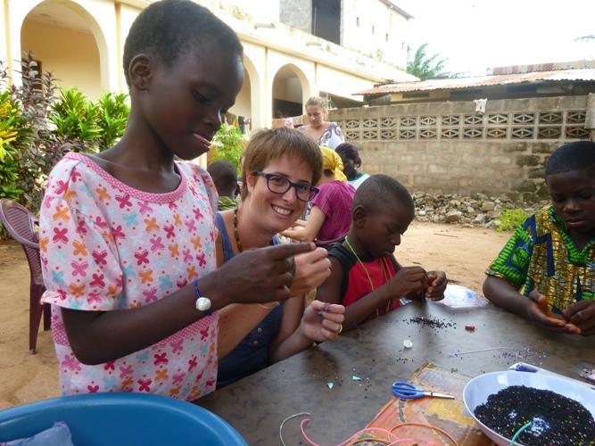 Ulandsfrivillig underviser togolesiske børn i kunsthåndværk