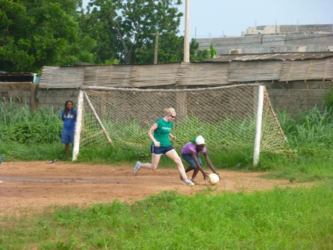 Ulandsfrivillige spiller fodbold mod lokale unge i Togo