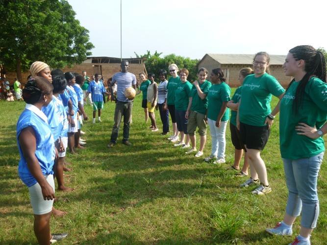 Volontører før fodboldkamp mod et lokalt togolesisk hold