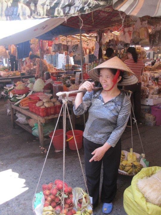Vietnamesisk frugtsælger på marked