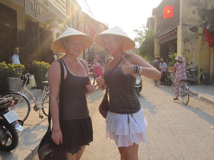 Frivillige med traditionelle vietnamesiske hatte