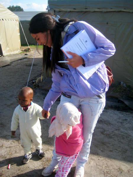 Volontaire et des enfants en Afrique du Sud