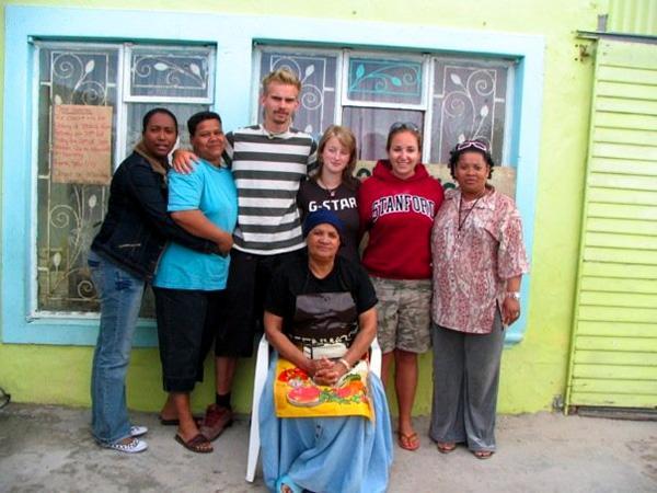 Volontaire avec sa famille d'accueil en Afrique du Sud