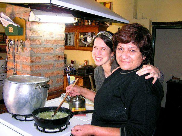 Volontaire préparant la cuisine avec sa maman hôte